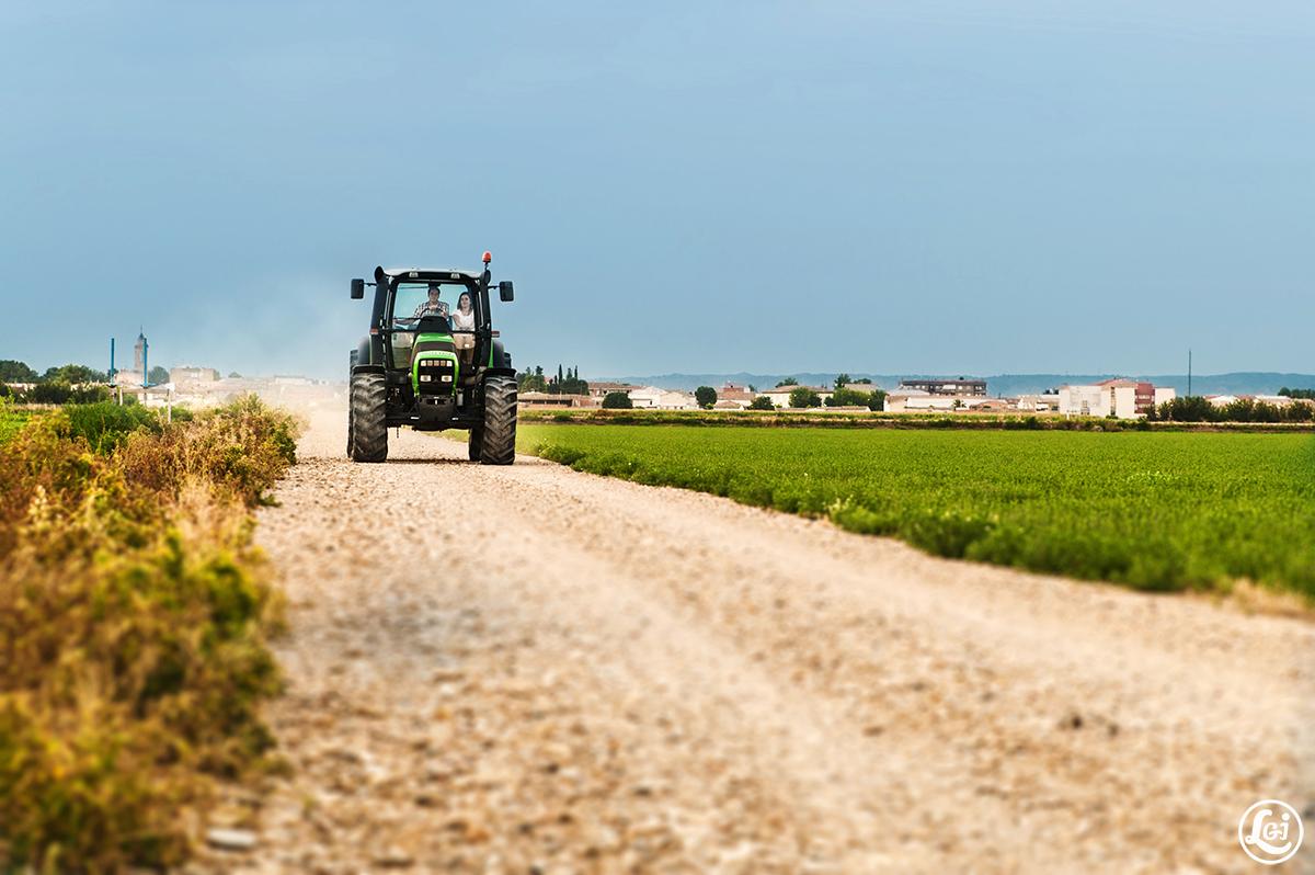 Fotografos boda Pina de Ebro Zaragoza, preboda campo tractor